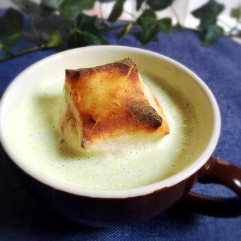 こちらは肌寒い日、あるいは冷房で冷えた体を温めたい時におすすめのおやつ。マグカップで作れる、きな粉味のお汁粉です。あんこなしのレシピなので、小豆が苦手な方にも◎。牛乳がベースのミルキーな味わいです。こちらも片栗粉を入れるので、電子レンジで温めたらよく混ぜましょう。きな粉もうぐいすきな粉など、お好みでアレンジしてみてください。