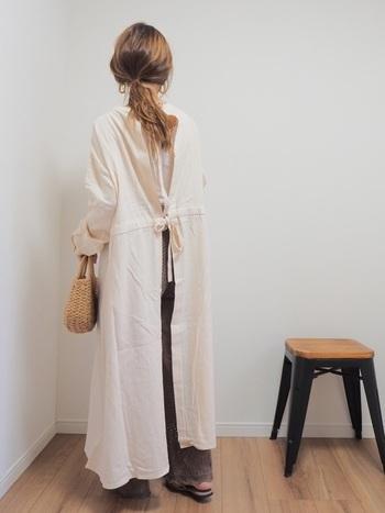 バックが開いたワンピースから、ちらりとのぞく透かし編みのボトムスがおしゃれなコーディネート。シンプルな組み合わせですが、背中のリボンと透かし編みのパンツでかわいさをプラス。ロング丈のワンピースなら腰回りも気にならず、簡単にスタイルアップが叶いますよ。