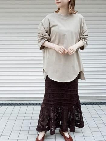 透かし編みのロング丈スカートとベージュのトップスを合わせたコーディネートです。透かし編みのデザインが、ブラックを軽くしてくれるのでミディアム丈のトップスと組み合わせても軽やかな印象に。透かし編みは色っぽくなりすぎず、上品な透け感を目指したい大人女子におすすめです。