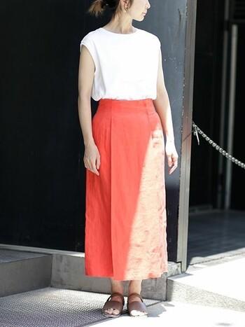 綺麗色のスカートには、フレンチスリーブの白Tでコンパクトなシルエットに。そうすることで白Tもスカートもお互いのシンプルシックなシルエットを引き立て合います。