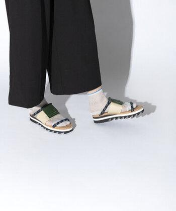 定番のサンダルと靴下の組み合わせも、シースルーの靴下なら一気に旬の顔に。透け感のある靴下なら、カジュアルになりすぎないので大人女子にもおすすめです。いつものサンダルも靴下を合わせることで、コーディネートの幅が広がりますよ。