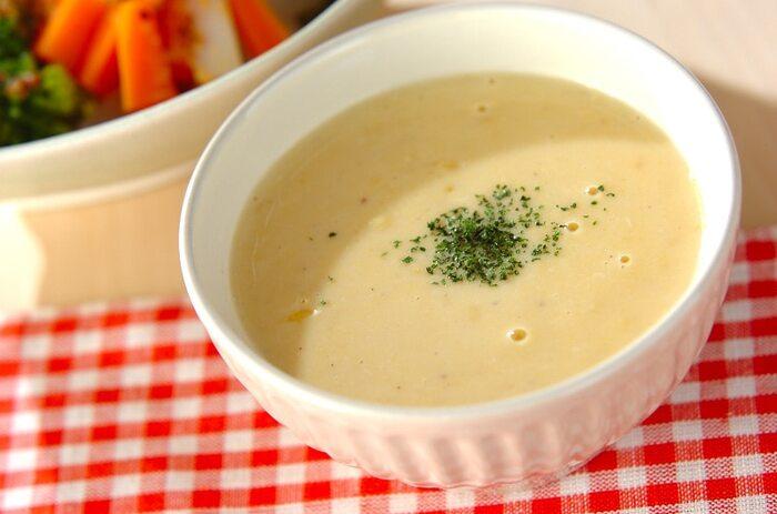 レストランや洋食屋さんでよく出てくるコーンスープ。お鍋に材料を入れて煮込むだけなので、簡単!コーンクリーム缶とコーン水煮缶の両方を使うことで、なめらかさと粒つぶ感を楽しめます。