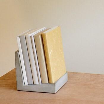 クールでスタイリッシュな、L字型のコンクリート製のブックスタンド。微妙な傾斜がついているので本が倒れにくい。