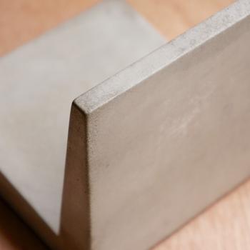 コンクリートのマットで落ち着いた質感がニュートラルな雰囲気です。表面に特別な加工を施しているので、コンクリート特有の粉っぽさはほとんどありません。