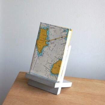 一冊の本を乗せるための、シンプルなXの形のブックスタンド。お気に入りの本を飾りながら立てておくことができます。