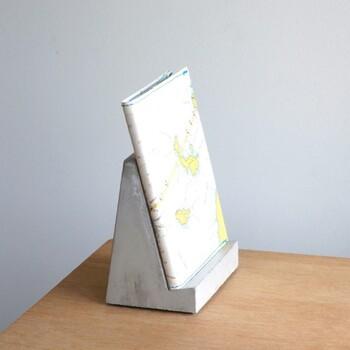 海岸のコンクリート壁みたいな形のブックスタンド。安定感のある三角の形でどっしりと本を支えてくれます。