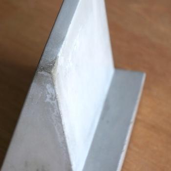 コンクリートの無機質な質感がクールでカッコイイですね。底面にはクッションが付いているので、置く場所を傷付けず安心です。