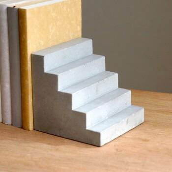 ユニークな階段型のブックエンド。どっしりとした重厚感があるので、本をしっかりと支えてくれます。