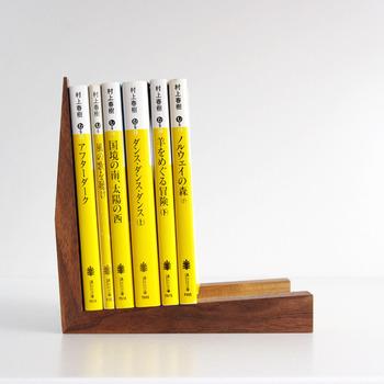 文庫本がしっくり収まる木製のブックスタンド。底面が傾斜しているので本が倒れません。こちらはL字みたいな形のショート。