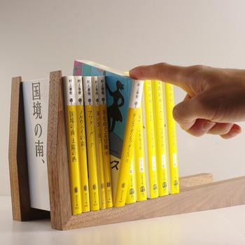 こちらはたくさんの本が収納できるロングバージョン。自然が作り出すナチュラルな木目模様が素敵ですね。