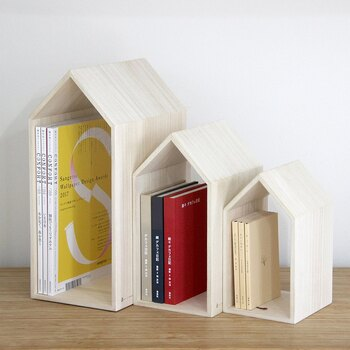 福岡県古賀市で90年ほど桐箱の製造を行ってきた「増田桐箱店」が手掛けるユニークなブックスタンド。家の形をしているデザインのブックハウスです。