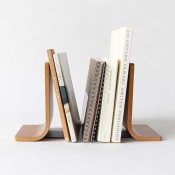 本の数に合った横幅に変えられるので、どんな場所も本棚に早変わり。左右から挟み込めるのデザインなので、安定感もバツグン。