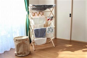 お部屋の隅にちょこんと置いてタオルや洋服を。簡単に持ち運べるので、日当たりのよい場所ですっきりと洗濯物を干すことができるのはいいですよね。