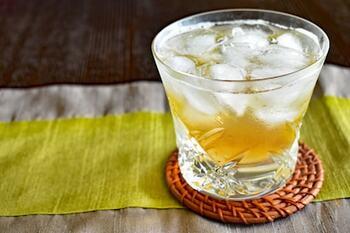 青梅をりんご酢と氷砂糖に漬け込んで作る、爽やかな梅シロップ。炭酸水で割れば暑い季節にぴったりな梅サイダーの完成です。