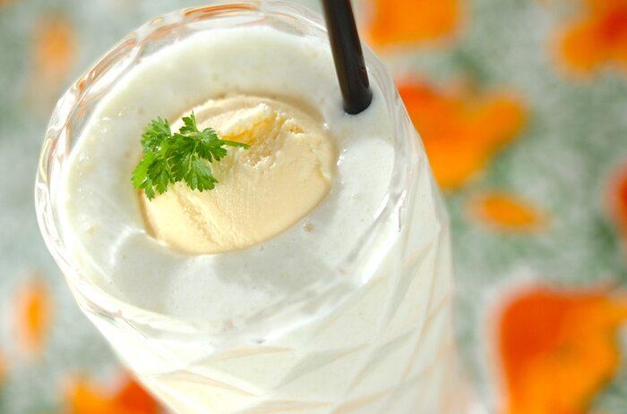 マンゴーフロートは、ココナッツミルクやはちみつと共に材料をミキサーで混ぜるだけ!トロピカルな香りと風味がクセになる暑い季節にぴったりの美味しさです。