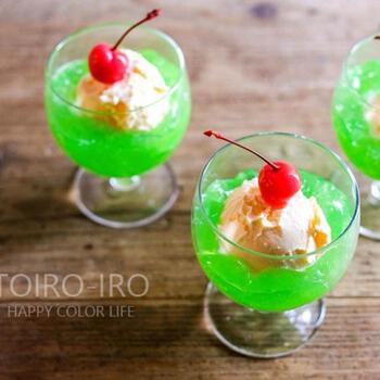 クリームソーダをぷるんとしたゼリーで表現したデザートレシピ。脚付きグラスに盛り付けてアイスクリームをのせると、まるで本物のクリームソーダのよう♪スプーンでゼリーをランダムに崩すと氷のように見えます。