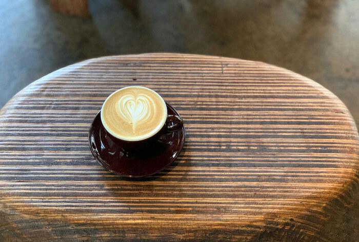 ラウンジで提供されるのは、世田谷の名店「オニバスコーヒー」のスペシャルティコーヒー。注文時にペーパードリップかエアロプレスどちらかの抽出方法を自分で選ぶシステムは、コーヒー好きにはたまりません。