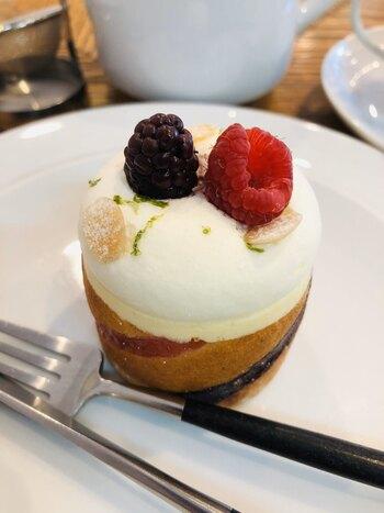 こちらは人気のケーキ「エヴェレスト」。一見ショートケーキのように見えますが、実はさっぱりとした味わいのレアチーズケーキなんです。ビスケットのような歯ごたえのあるアーモンド風味の土台にムースを詰め、ベリーが飾られています。
