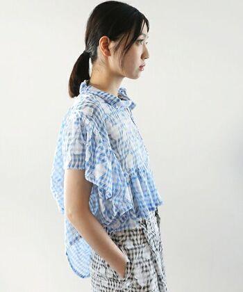 ふんわりと変形デザインが魅力的なライトブルーのシャツはぜひともチャレンジしたいアイテムのうちの一つです。ルーズなシルエットを楽しめるのも夏ならでは。