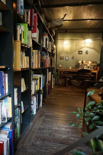 写真集や哲学、文学などさまざまなジャンルが並ぶ本棚。こちらのお店は、おしゃべりを楽しむのではなく、あくまでも「読書」を楽しむ場。自分の内なる声に耳を澄ませる、そんな時間を過ごしましょう。