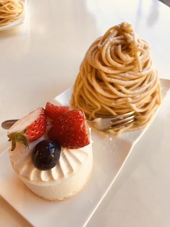 「ペシェ・ミニョン」や「ダロワイヨ」などの名店で修行したパティシエが作るケーキは、まるでアートのよう。至福の時間を過ごしましょう。