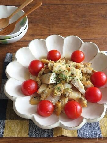 ヘルシーなオリーブオイルと白身魚で作るアクアパッツァをおつまみに、ワインをいただきませんか。白身魚はタラやヒラメなどでもOK。にんにくの風味とあさりのうまみで満足度高めのおつまみに。ミニトマトも飾れば、テーブルが華やぎます。