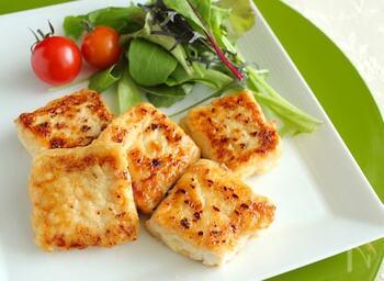 お肉を食べたいけれどカロリーが気になる…という方は、冷凍豆腐でお肉のような食感を楽しんでみませんか。冷凍豆腐はステーキだけでなく、唐揚げやナゲットに変身させるのもおすすめ。