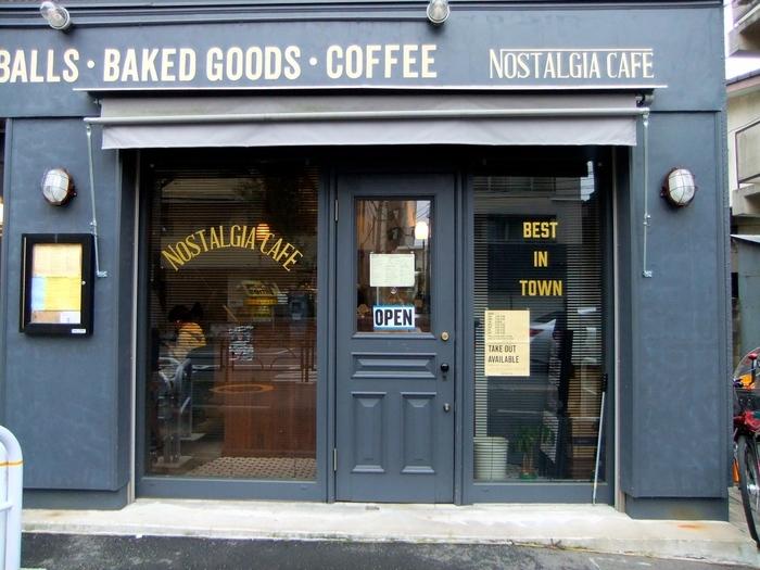 ニューヨークを思わせるスタイリッシュな外観が目印の「NOSTALGIA CAFE」。シックで大人っぽい雰囲気が素敵なお店です。