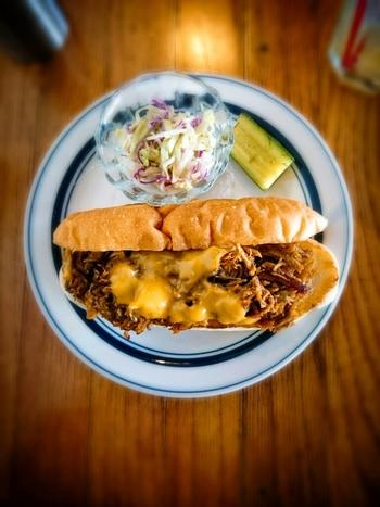 アメリカのクラシックなレシピを参考にしたメニューが評判。こちらの「プルドポーク&グリルドチーズ」は、ホットドッグのバンズにオーブンでほろほろに焼いた自家製プルドポークをサンド。ボリュームがあるのに決してしつこくないのが魅力です。