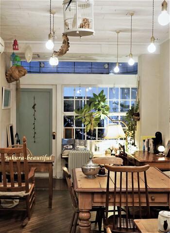 アンティーク家具をセンスよく取り入れた店内は、こじんまりとしていて居心地満点。ついつい長居したくなるというファンがいるのも納得ですね。