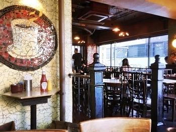 駅前のカフェといえばここ!と言われるほど高円寺で親しまれている「Yonchome Cafe(ヨンチョウメ カフェ)」。店舗はビルの2Fにあり、駅近ながらも落ち着いた雰囲気です。