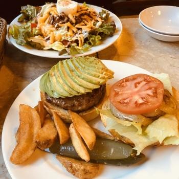 ランチは日替わりや週替わりで数種類、ディナータイムはハンバーガーやエッグベネディクトなどボリューミーで食べ応えのあるメニューがそろっています。