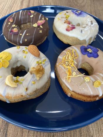 エディブルフラワーがトッピングされた上品なドーナツは、白砂糖を使わず、天然着色料を使うなど、素材にもこだわっています。安心して食べられる素材と美しさを追求しているそう。