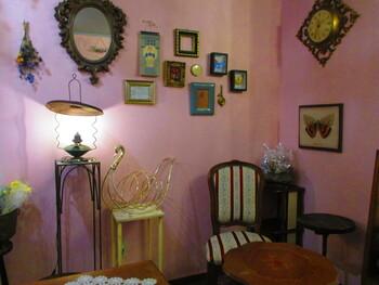「gmgm (グムグム)」は、ドライフラワーアーティストが手がける焼きドーナツ専門店。コーラルピンクの壁やアンティーク家具など、乙女心をくすぐられるお店の雰囲気をそのまま表現した華やかなドーナツが話題です。