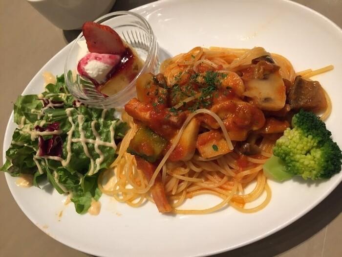 「キッズスパゲッティ」はワンプレートで食べやすいですね。サラダやデザートもついていて、お子さんも喜んでくれそう。