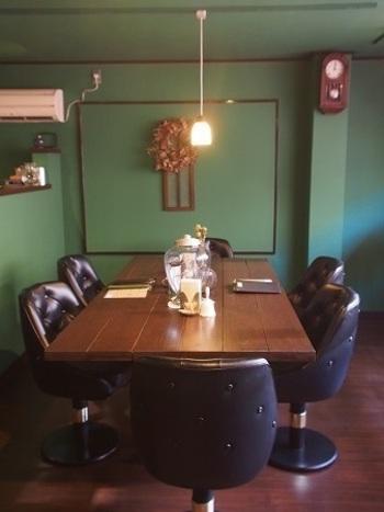 """1975年頃に建てられた住居をリノベーションしたという店内。一般的な古民家カフェとは趣きが異なりますが""""喫茶室""""と呼ぶのがふさわしいレトロな雰囲気が魅力です。"""