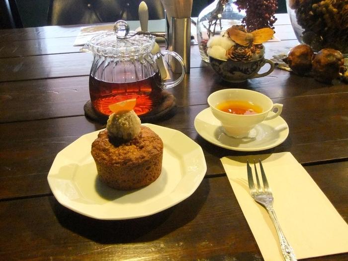食後は国産紅茶でゆったりと。数種類からセレクト可能。たっぷりにんじんが入った「キャロットケーキ」と一緒にいただけば、上質な味わいを楽しめます。