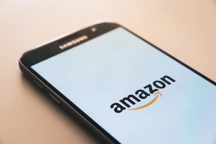 Amazonが運営する「Audible(オーディブル)」。もともとアメリカで開始されたサービスで、2015年からは日本でも配信スタートとなりました。Amazonのアカウントがあれば、すぐに始められます。  海外コンテンツが特に充実しており、合計40万以上のタイトル、30カテゴリーもの豊富なコンテンツを楽しむことができます。  多くの書籍でプロのナレーターや声優、著名人を起用しており、贅沢な朗読を楽しめますよ。