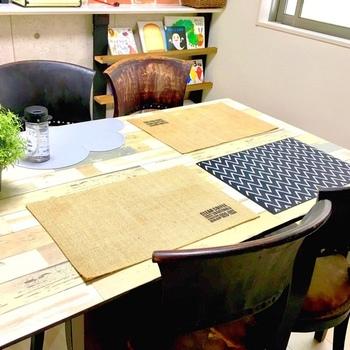汚れや傷が心配なダイニングテーブル。リメイクシートでイメージチェンジしたくても、直接貼るのはちょっと勇気がいるものです。PPシートを天板の大きさに合わせてカットし、その上にリメイクシートを貼れば、原状復帰しやすいおしゃれな天板の完成です。