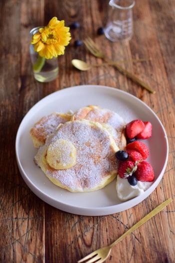 世界一の朝食として知られるビルズ風のリコッタチーズのスフレパンケーキが作れたらうれしいですよね。ふわふわのポイントは、卵白を角が立つまで泡立てて、泡をつぶさないように2回に分けて加えること。弱火でじっくり焼くのもポイントです。