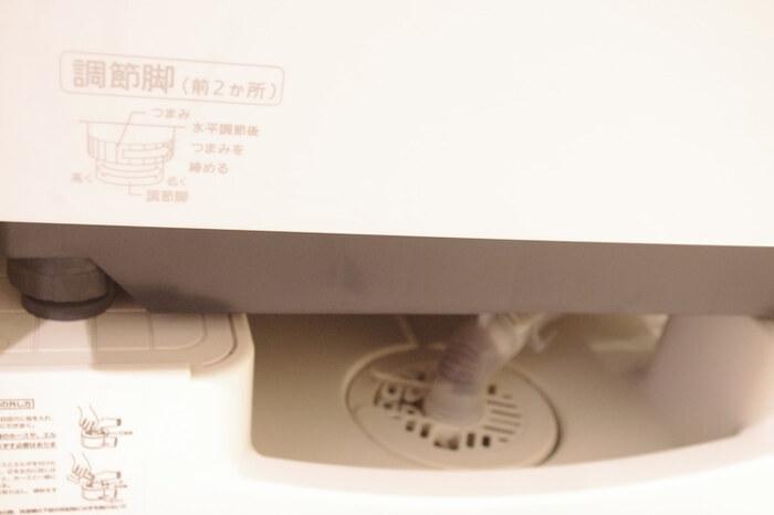 埃や汚れが溜まりやすい、洗濯機の下。隙間が狭く掃除がしにくいので、カバーをつけると楽になります。