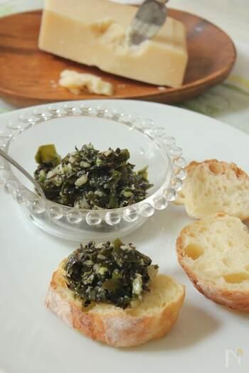 海藻をパルミジャーノやオリーブオイルで和えたタルタルのレシピ。にんにく風味とケイパーがアクセントに。バゲッドやクラッカーに添えていただきましょう。