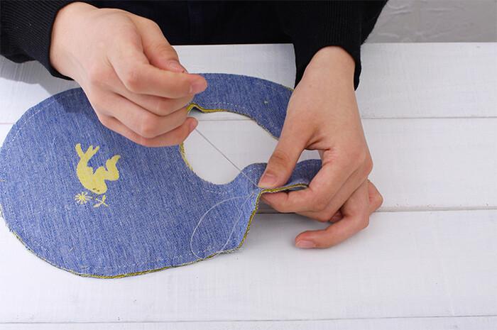 赤ちゃんの肌に優しい素材のスタイキット。大切なお子さんへのプレゼントにぴったりですね!ミシンでも手縫いでも作れます。型紙いらずで生地に縫い線も付いているので、簡単に作れるのが嬉しいポイント。