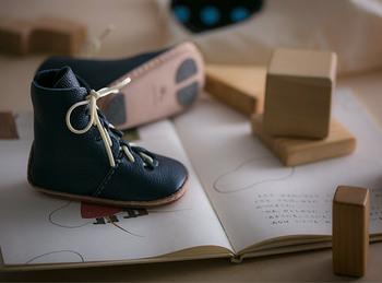 お子さんの初めての靴を作れるキット。大人も履きたくなるような、かっこいいデザインが魅力です。10ヶ月〜1歳のお子さん向け。天然の革が使われていて柔らかいので、歩きやすいのがgood!