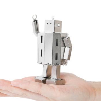 見ていると心が和む、可愛いロボットを作れるキットです。金属のパーツを抜いて折り曲げ、顔や体、手などを組み立てていきます。少しずつ完成していくワクワク感を楽しめますよ!