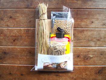 キットには、大豆やわら、保温用のホッカイロや米袋が入っています。自家製納豆は難しいイメージがあるかもしれませんが、このキットで簡単に作れますよ。手作りの味は格別です♪