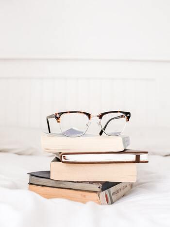 「眼鏡スタンド」使ってる?インテリアに馴染む収納&DIYアイデア
