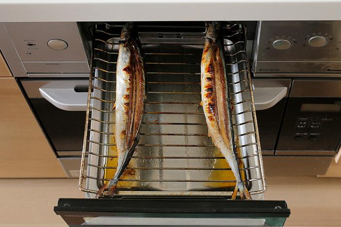 魚を焼く際のポイントは、中〜強火で一気に焼くことです。焼く時間が長くなると、パサっとした仕上がりになってしまいます。グリルによって「片面焼き」と「両面焼き」のタイプに分かれるので、おうちのものが「片面焼き」の場合は、はじめに皮目を下にして焼き、ひっくり返します。「両面焼き」の場合はひっくり返す必要はなく、皮目を上にして一気に焼き上げます。