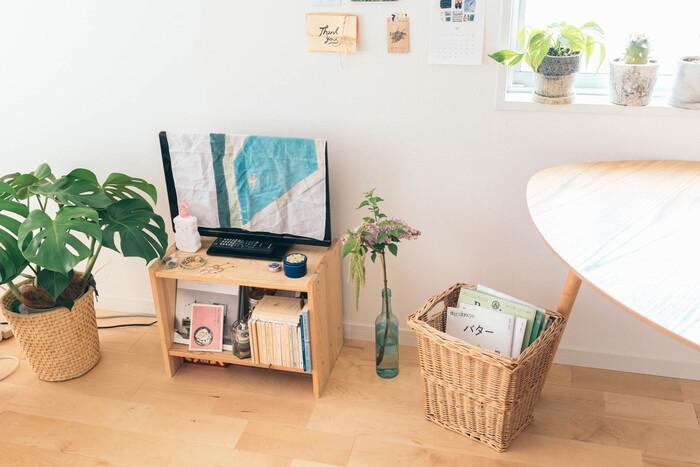 小さめなテレビを使っている人は、小さいからこそこだわりのテレビボードが重要。IKEAの天然木の味わいが親しみやすい棚は、お部屋をナチュラルに飾ってくれます。小さいからこそ、ほかの色味が似たアイテムとサイズも統一感を出せますね。