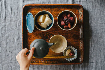 胃酸が少ない場合、食事の際に梅干しやレモンやお酢などの「すっぱいもの」を一緒に食べると、胃酸の分泌が促されます。また、たんぱく質の消化を助けるパパイヤやキウイ、パイナップル、大根などを取り入れてみましょう。消化酵素のペプシンを含むサプリメントを取り入れる方法もあります。そして、大前提として、よく噛んでゆっくり食べることが大切です!よく噛んで、胃の消化を助けてあげましょう。